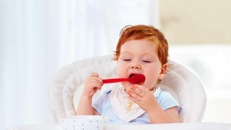 Apprendre à son enfant à manger tout seul