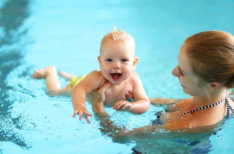 Peut-on amener bébé à la piscine ou à la mer lors des beaux jours ?