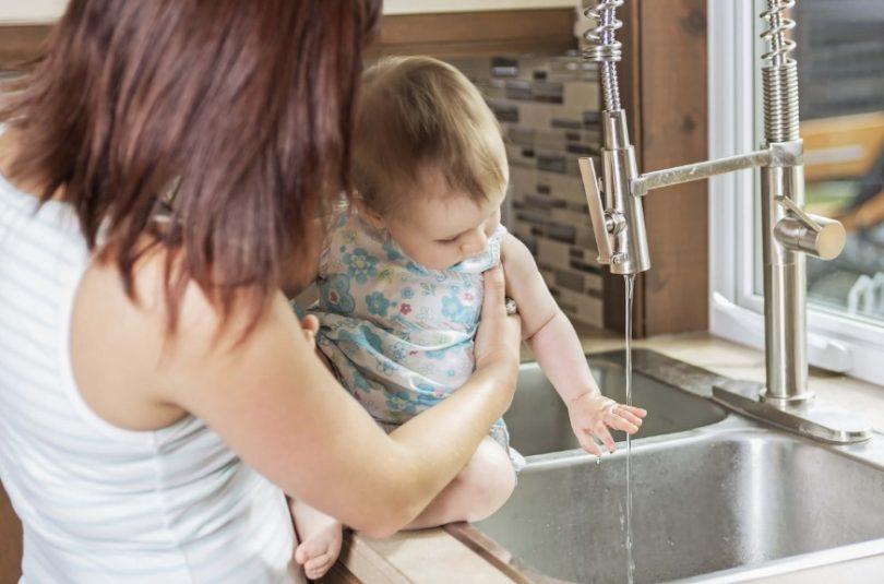 L'eau du robinet peut être utilisée pour les bébés